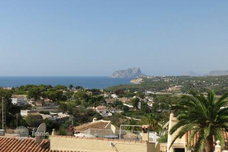 Cheap residential for sale in Moraira. Townhouse of 2 bedrooms in a complex with gardens and pool in Moraira