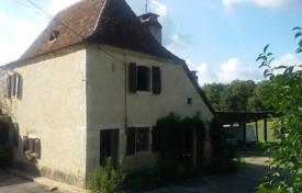 Property for sale in Hauts-de-France. Historical villa with a barn, additional buildings and a garden, 5 km from Orthez, Pas-de-Calais, France