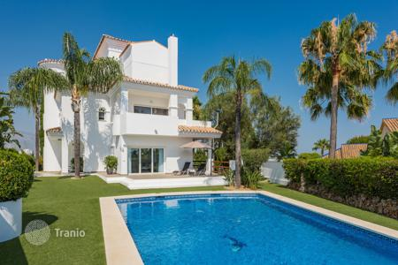 Houses for sale in Estepona. Gorgeous Villa in Atalaya Golf