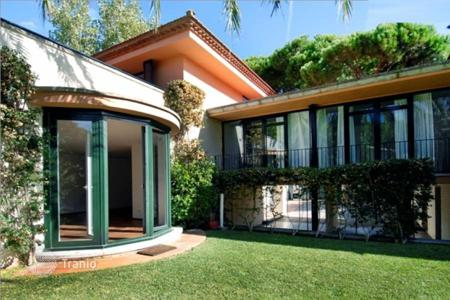 6 bedroom houses for sale in Catalonia. Spacious and light villa on a large plot of land in Castelldefels, Spain