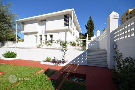 5 bedroom houses by the sea for sale in Andalusia. A nice and modern villa in urbanization in Malaga