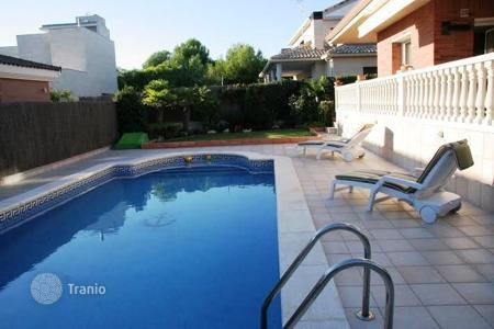 5 bedroom villas and houses by the sea to rent in Catalonia. Villa – Vendrell, Catalonia, Spain
