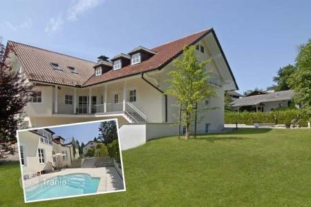 Houses with pools for sale in Bavaria. Gorgeous villa in the suburbs Munich