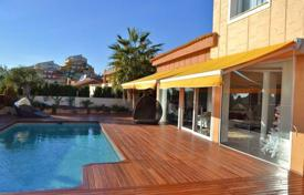 4 bedroom houses for sale in Costa Blanca. Furnished apartment in Benidorm, Spain. Terrace with sea view, garden, swimming pool.