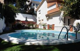 4 bedroom houses for sale in Costa del Garraf. Three-level house with a garage and a swimming pool in Castelldefels, suburb of Barcelona