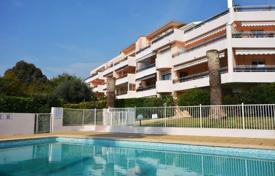 Apartments with pools for sale in Côte d'Azur (French Riviera). Four-bedroom penthouse on the top floor of a residential complex with swimming pool, Golfe Juan