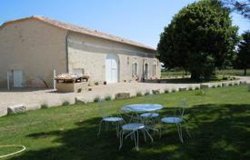 2 bedroom houses for sale in France. Spacious villa with a beautiful garden in the south-east of Bordeaux, Gironde, France