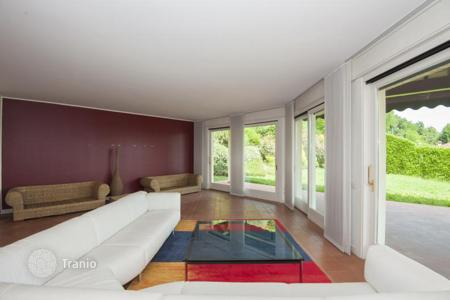 Luxury 3 bedroom houses for sale in Italian Lakes. New modern villa with a fireplace, a gym, a garden in Como, Italy