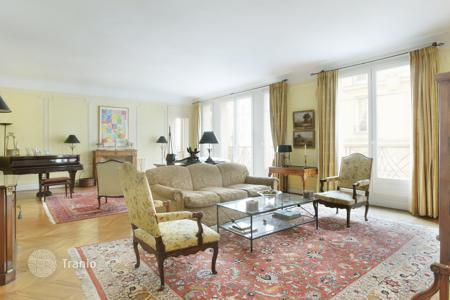 Luxury 5 bedroom apartments for sale in France. Paris 7th District – A near 250 m² apartment in a prime location