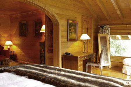 "Villas and houses to rent in Les Allues. Chalet La Petite Pia, A charming ""home from home"" in the Alps"