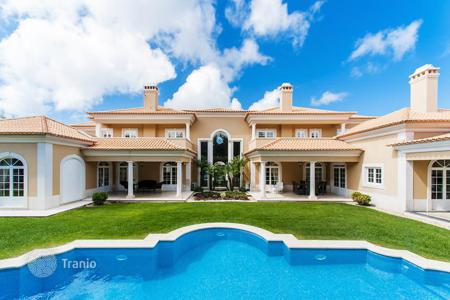 Luxury houses with pools for sale in Cascais. Modern Mediterranean villa overlooking the Atlantic Ocean and the mountains of Sintra in the prestigious Quinta da Marinha