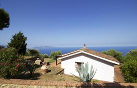 Coastal residential for sale in Tuscany. Independent cottage renovated with spacious outdoor areas and views of the island of Giglio
