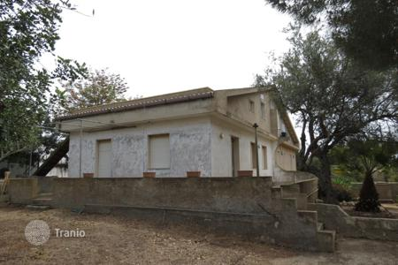 Cheap houses for sale in Sicily. The house with attic, a spacious terrace and plot in Santa Croce Camerina, close to Ragusa, Sicily