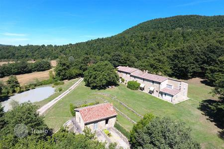 6 bedroom houses for sale in San Casciano dei Bagni. Exclusive farmhouse for sale in Tuscany