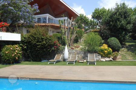 Houses with pools for sale in El Masnou. Perfect house with a lovely garden, swimming pool and a garage with 3 parking spaces