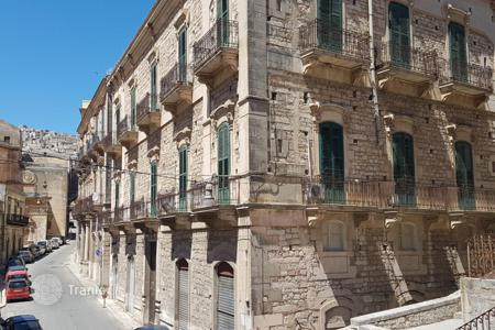 Apartments for sale in Sicily. Duplex apartment with 4 bedrooms in an old building in the center of Modica, Ragusa, Sicily