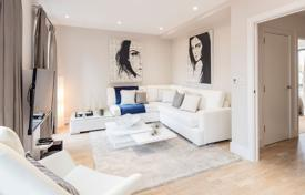 Spacious three-storey townhouse with a garden and a parking in a new residence in a prestigious suburb, London, UK for 918,000 £