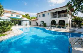 Houses with pools for sale in Lisbon. Exclusive villa with landscaped gardens in the center of Cascais