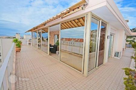 Apartments for sale in Cannes. Apartment with commodious terrace and view at the sea, Cannes, France