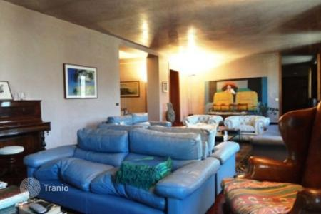 4 bedroom apartments for sale in Tuscany. Comfortable apartment in Florence, Italy