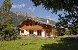 Residential to rent in Chamonix. Spacious two-storey chalet with 4 bedrooms, a parking, a jacuzzi and a Ski and boot room. Chamonix, France.