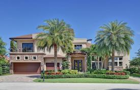 Luxury houses with pools for sale in North America. The villa in a respectable resort town Boca Raton