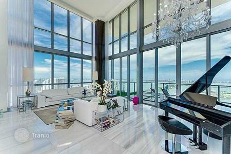 Luxury 5 bedroom apartments for sale overseas. Two-level penthouse with views of the ocean and the port, in a residence with a swimming pool and a gym, in the center of Miami, Florida