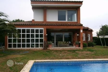Houses for sale in Miami Platja. Chalet located next to La Casa Club, amazing views and a very sunny property