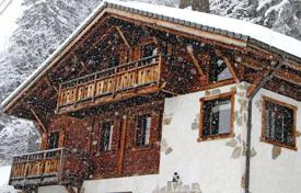 Chalets for rent in Morzine. Spacious chalet with 4 bedrooms, balcony, lounge and jacuzzi on the outdoor terrace. France, Morzine