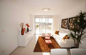 Apartments with pools for sale in Valencia. New two-bedroom apartment with a terrace and a private garden in Torrevieja