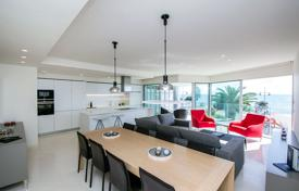 4 bedroom apartments for sale in Valencia. Exclusive apartment with four bedrooms on a frontline of the beach, Torrevieja, Spain