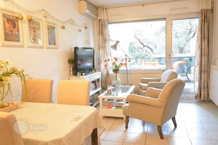 Apartments with pools for sale in Côte d'Azur (French Riviera). JUAN LES PINS — LARGE STUDIO WITH 2 SLEEPING AREAS