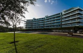 Apartments with pools for sale in Cascais. The apartment is in a modern condominium near the beach in Cascais, Portugal