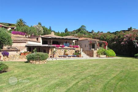 6 bedroom houses for sale in Sardinia. We are selling this prestigious traditional Costa Smeralda style detached villa located on the Pevero hill in Porto Cervo
