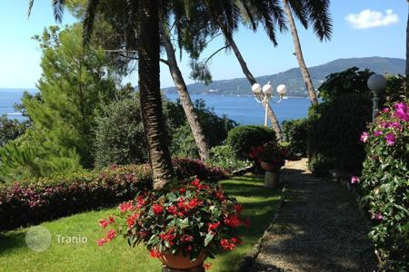 Houses with pools for sale in Zoagli. Apartment in Liguria in a historic villa just 50 meters from the sea