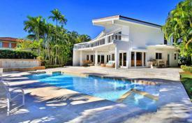 Luxury houses with pools for sale in North America. Beautiful modern villa in Miami Beach