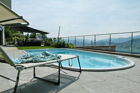 Villas and houses for rent with swimming pools in Ticino. Detached house – Ticino, Switzerland