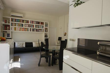Property for sale in Nice. One-bedroom apartment with a terrace, at 250 meters from the sea, in the center of Nice, France
