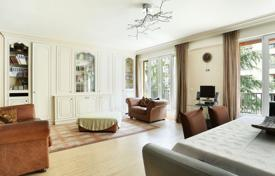 Neuilly-sur-Seine. An over 150 m² apartment overlooking a garden. for 1,650,000 €