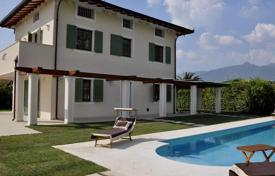 4 bedroom houses for sale in Forte dei Marmi. Three-level villa with a pool in the center of Forte dei Marmi, Tuscany, Italy