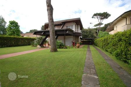 Luxury houses for sale in Tuscany. Villa – Forte dei Marmi, Tuscany, Italy