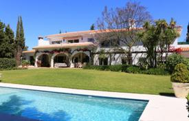 Houses for sale in Sitio de Calahonda. 3.000 m² plot with traditional large family villa and many extras.