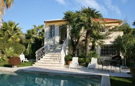 3 bedroom villas and houses to rent in Côte d'Azur (French Riviera). Provencial style villa for rent in Cap d'Antibes — 100 meters away from the sea