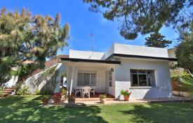 3 bedroom houses for sale in Andalusia. Bungalow on the beach in Elviria, east Marbella