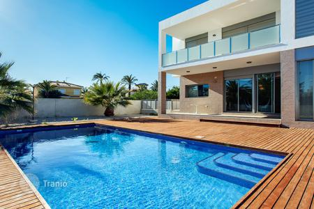 Luxury 6 bedroom houses for sale in Valencia. 6 bedroom luxury style villa with private pool 300 metres from the sea in Orihuela Costa