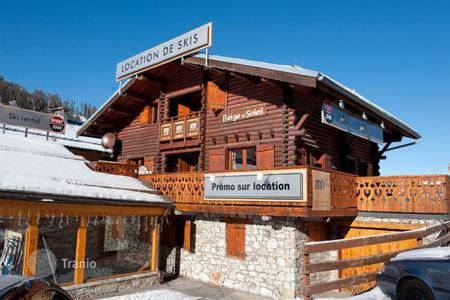 Residential to rent in Mâcot-la-Plagne. A spacious chalet with 5 bedrooms and 5 en-suite bathrooms, a living room with a fireplace and a ski room, La Plagne, France