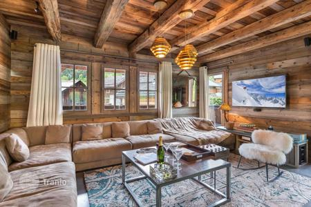 5 bedroom villas and houses to rent overseas. High-end chalet in Meribel, France. House with a hammam, a cinema, a gym, a sauna, a game room, at 70 meters from the slopes