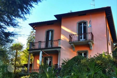 Luxury 4 bedroom houses for sale in Lombardy. Villa in Cernobbio with lake views
