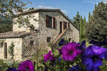 Houses for sale in Cetona. Luxury renovated farmhouse for sale in Tuscany