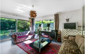 Property for sale in Boulogne-Billancourt. Three-room apartment with a garden in Boulogne-Billancourt, Paris, France